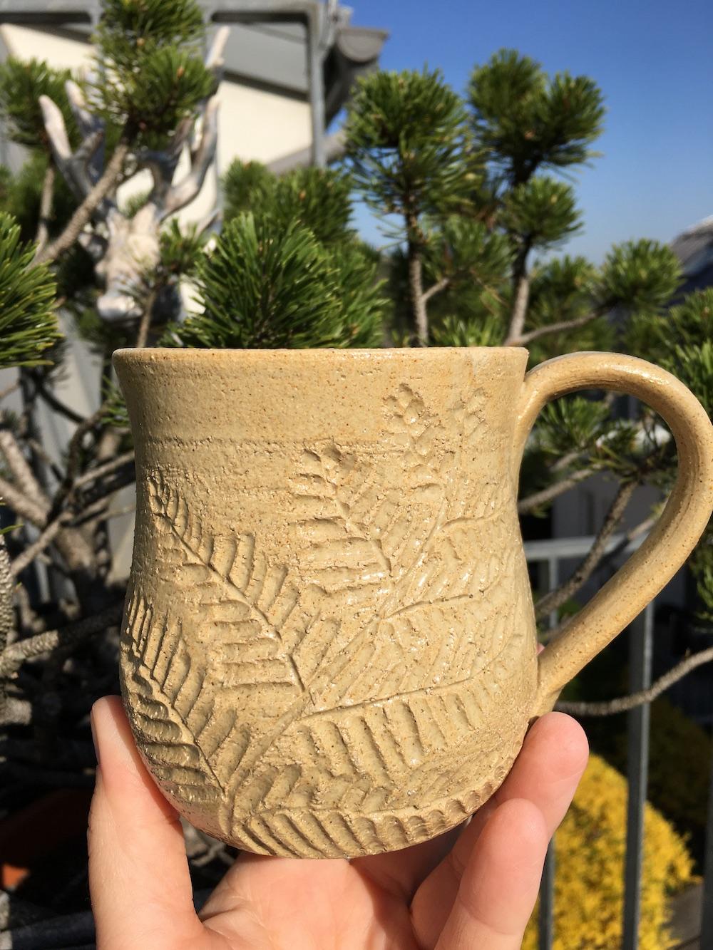 Tasse mit Farn und Agnihotraasche