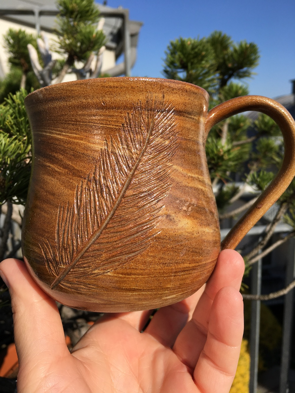 Tasse mit Feder und Agnihotraasche
